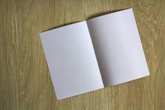 Morceau de papier blanc vide sur le fond en bois Images libres de droits