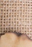 Morceau de papier brûlé sur une toile de toile Photographie stock