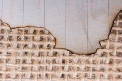 Morceau de papier brûlé sur une toile de toile Photographie stock libre de droits