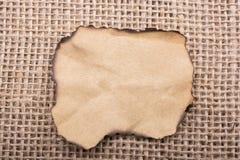 Morceau de papier brûlé sur une toile de toile Photo libre de droits