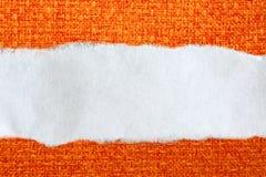 Morceau de papier en lambeaux sur l'orange photo libre de droits