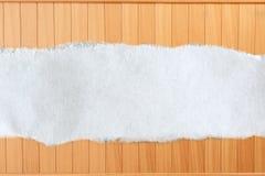Morceau de papier en lambeaux sur le bois Photographie stock