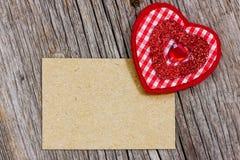 Morceau de papier et coeur rouge Photo stock