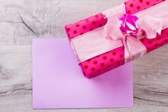 Morceau de papier près de boîte-cadeau Photo libre de droits