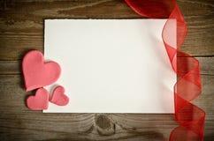 Morceau de papier se trouvant avec les coeurs et le ruban Photographie stock