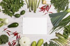 Morceau de papier vide sur la table avec des veggies Photo libre de droits
