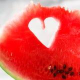Morceau de pastèque avec la forme de coeur sur le fond concret gris Copiez l'espace Configuration plate Carte de voeux, concept d Photos libres de droits