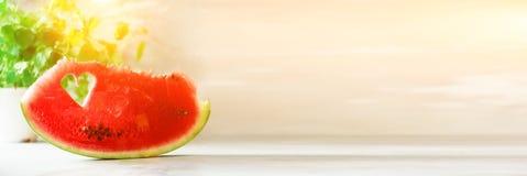 Morceau de pastèque avec la forme de coeur sur le fond concret gris Copiez l'espace Configuration plate Carte de voeux, concept d Photo libre de droits