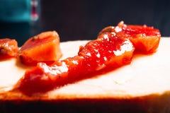 Morceau de poissons rouges sur le plan rapproché de pain Image libre de droits