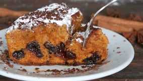 Morceau de tarte aux cerises fraîchement cuit au four fait maison délicieux appétissant avec du sucre en poudre et des pommes chi banque de vidéos