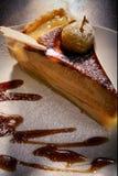 Morceau de tarte aux pommes, décoré des pommes cuites au four photos libres de droits