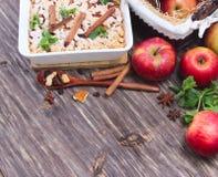 Morceau de tarte aux pommes sur un fond en bois Image libre de droits