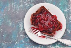 Morceau de tarte avec Berry Jam Plat blanc avec la fourchette au-dessus du panneau bleu de vintage Photographie stock libre de droits