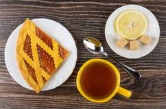 Morceau de tarte avec de la confiture d'abricot, sucre, citron, thé Photo stock