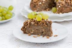 Morceau de tarte délicieux d'écrou avec des raisins Photos libres de droits