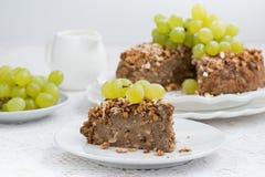 Morceau de tarte d'écrou avec des raisins Photo stock