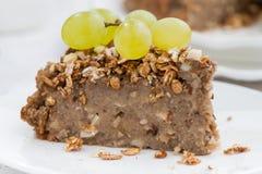 Morceau de tarte d'écrou avec des raisins du plat Photos stock