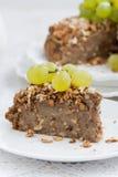 Morceau de tarte d'écrou avec des raisins, vertical Photographie stock libre de droits