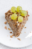 Morceau de tarte d'écrou avec des raisins, vue supérieure, verticale Photos libres de droits