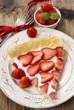 Morceau de tarte de fraise sur la table en bois rustique Photos stock