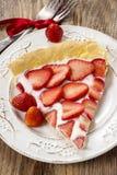 Morceau de tarte de fraise sur la table en bois rustique Photographie stock