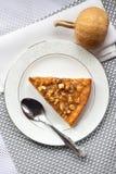 Morceau de tarte de potiron avec des noix d'un plat Photo libre de droits