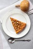 Morceau de tarte de potiron avec des noix d'un plat Photographie stock libre de droits