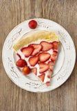 Morceau de tarte de fraise sur la table en bois rustique Photo stock
