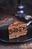 Morceau de torte de Sacher de chocolat d'un plat noir Photographie stock