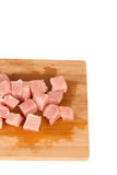 Morceau de viande cru sur un conseil en bois sur un fond blanc Image libre de droits