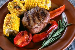 Morceau de viande cuite au four avec des légumes et marinée du plat Photo libre de droits