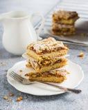 Morceau doux de tarte de gâteau avec la confiture et le streusel de fruit dans le plat blanc Images libres de droits