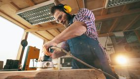 Morceau en bois poli par travailleur de menuiserie Vieux fonctionnement de charpentier banque de vidéos