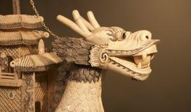 Morceau en ivoire chinois d'art de Dragon Head sur l'affichage dans un musée Image libre de droits