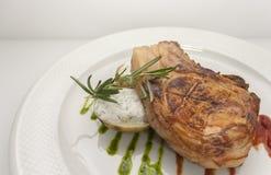 Morceau juteux de côtelette de porc avec des pommes de terre photographie stock libre de droits