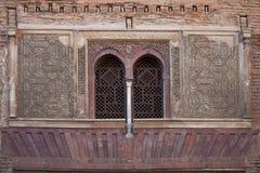 Morceau magnifique de fenêtres décorées à Alhambra, Grenade, Espagne Photographie stock