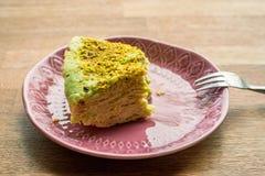 Morceau non fini de gâteau de souffle de plat photo stock