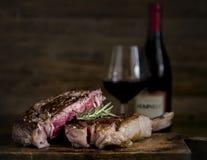 Morceau rare moyen d'idée de recette de photographie de nourriture de bifteck photos libres de droits