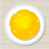 Morceau rond juteux savoureux de fromage d'un plat Photographie stock libre de droits
