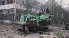 Morceau rouillé de tracteur de machines, de Chernobyl, Pripyat, Ukraine banque de vidéos