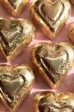 Morceau sous emballage souple de chocolat de forme de coeur d'or Photographie stock