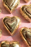 Morceau sous emballage souple de chocolat de forme de coeur d'or Photos libres de droits