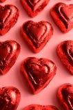 Morceau sous emballage souple rouge de chocolat de forme de coeur Photos libres de droits