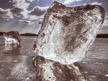 Morceau transparent de glace sur le lac Le morceau clair comme de l'eau de roche de glace a serré le lac, Images libres de droits