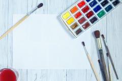 Morceau vide de papier, de pinceaux et de peintures d'aquarelle sur le petit morceau images libres de droits