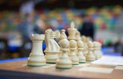Morceaux blancs au-dessus d'échiquier avant tournoi Images stock