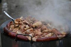 Morceaux coupés de friture de porc en huile Photo stock
