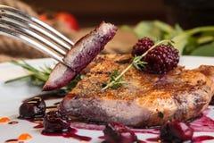 Morceaux coupés en tranches de bifteck de porc sur l'os Photographie stock libre de droits
