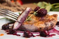 Morceaux coupés en tranches de bifteck de porc sur l'os Photographie stock