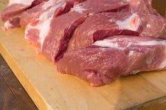 Morceaux cuting crus de porc sur le fond en bois Morceau de porc, de pièce de cou ou de collier sans os fraîche Grand morceau de  Images libres de droits